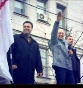 """Ukraine : Le """"premier ministre"""" Arseni Iatseniouk en train de faire le salut nazi a droite Vitali Klitschko chef du parti national-libéral Oudar et à gauche Oleg Tiagnybok, leader du parti national-fasciste Svoboda"""