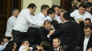 Ukraine : le député communiste P Simonenko agressé en plein parlement par les fascistes pour le faire taire (vidéo)
