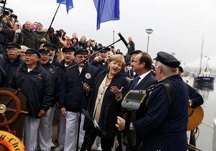 JPEG - 55.6 ko François Hollande, Angela Merkel et le chœur de marins