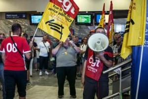652747-des-agents-de-la-sncf-en-greve-manifestent-a-la-gare-de-lyon-perrache-le-12-juin-2014