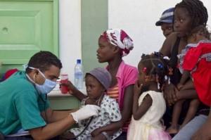 Des médecins Cubains aident à soigner des malades du choléra en Haiti