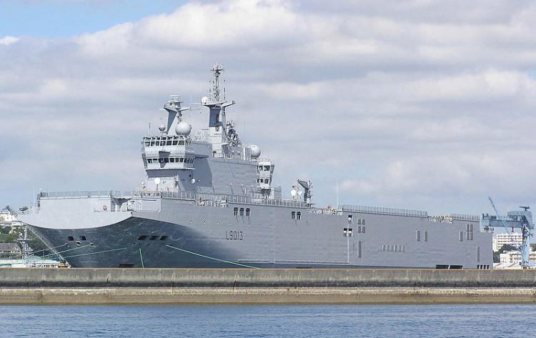 Porte Hélicoptère Mistral de la Marine Francaise à Brest en Aout 2005 - photo de  Pline -  source wikipedia - sous licence attribution share alike 3.0