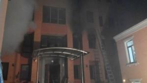 Ukraine : des locaux du Parti Communiste incendiés à Kiev, la junte bombarde Donetsk, Iatsenouk réécrit l'histoire