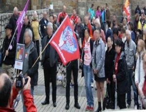 Le drapeau de la FSM (fédération syndicale mondiale) flotte sur le rassemblement d'Issoire