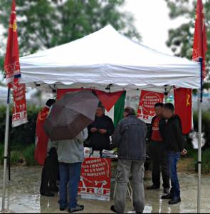 Préparation du stand du PRCF à Grenoble  a largement distribué ses tracts dans une manifestation déterminée malgré le trombes d'eau