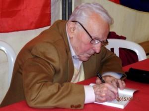 Léon Landini, président du PRCF dédiçant son dernier livre