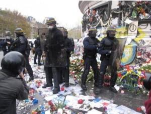 COP21 les CRS piétinent le memorial place de la république 2