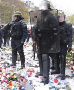 COP21 les CRS piétinent le memorial place de la république 3