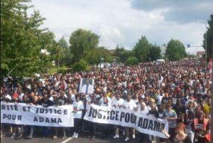 Des milliers à Beaumont sur Oise pour la justice contre les violences policières #justicepouradama #affaireBenalla