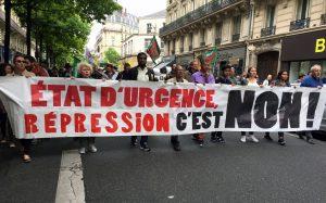 Macron reconduit l'Etat d'urgence et s'attaque au droit de manifester.