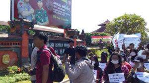 Indonésie : malgré l'interdiction le peuple manifeste contre le sommet du FMI à Bali