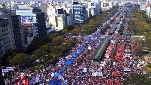 Le capitalisme plonge l'Argentine dans la faillite, manifestation massive à Buenos Aires.
