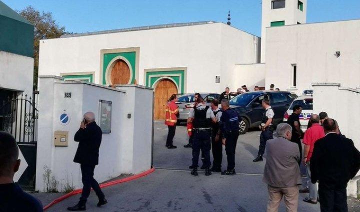 A nouveau un attentat d'extrême droite frappe des concitoyens musulmans .