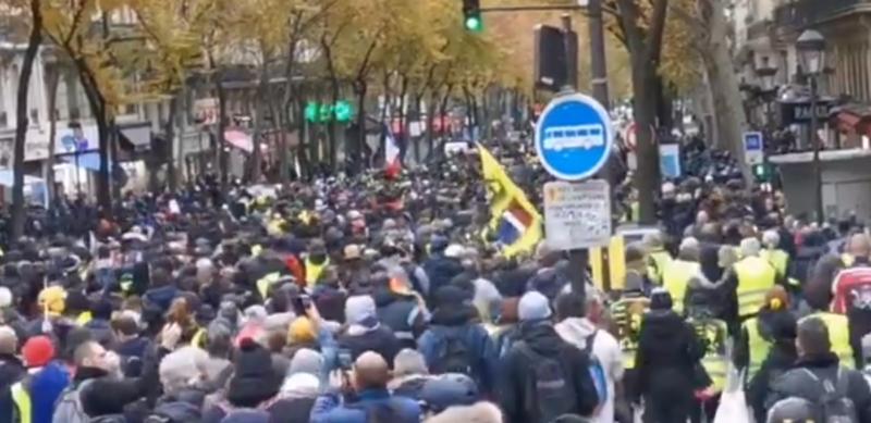 #Acte53 Mobilisés par dizaines de milliers, les gilets jaunes interdits de manifester à Paris
