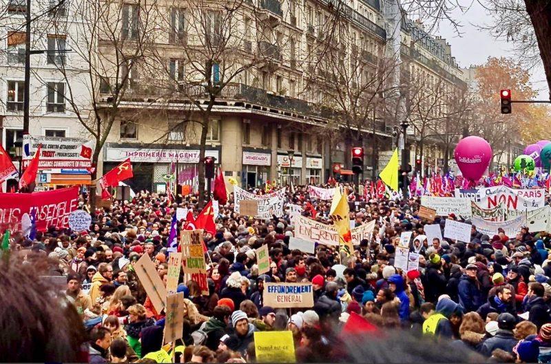 Les militants du PRCF comme poissons (rouges !) dans l'eau, au sein des magnifiques mobilisations du 5 décembre !