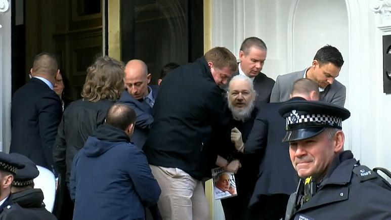 Aymeric Monville revient sur 10 ans de combat pour la libération de Julian Assange.