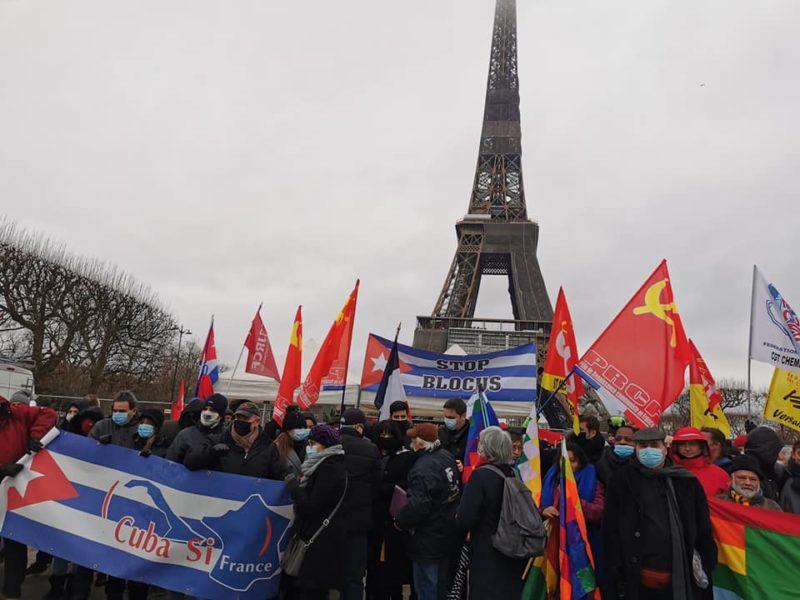 Stop au blocus de Cuba : manifestation à Paris à la Tour Eiffel #CubaSalvaVidas #NoMasBloqueo