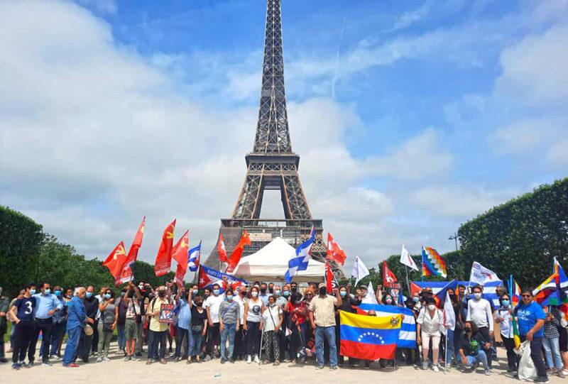 Au pied de la tour Eiffel pour appeler à stopper le blocus de Cuba. #EliminaElBloqueo #StopBlocus #UnblockCuba